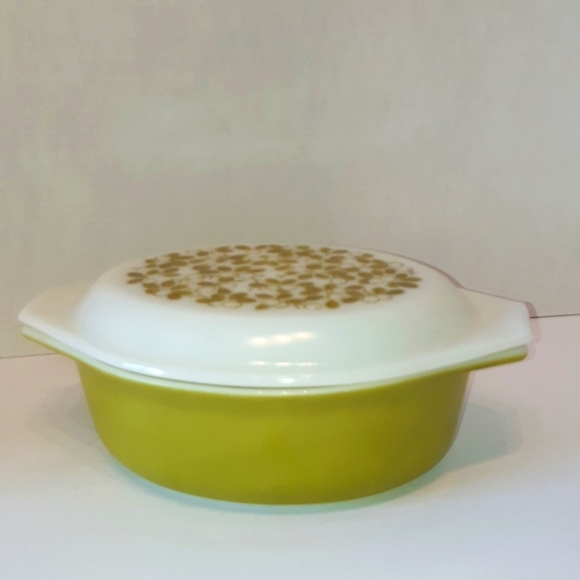 """Pyrex """" Olives """" Oval Covered Baking Dish"""
